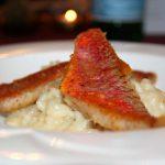 Risotto mit kross gebratenem Fisch
